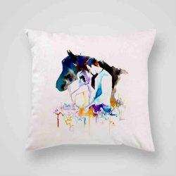 Декоративна калъфка Флирт е изработена от качествен текстил в натурален бял цвят, с щампа от едната страна и скрит цип за лесна поддръжка. Калъфката е ушита ръчно и с грижа, печатът е безопасен, с нетоксични мастила и трайни цветове.