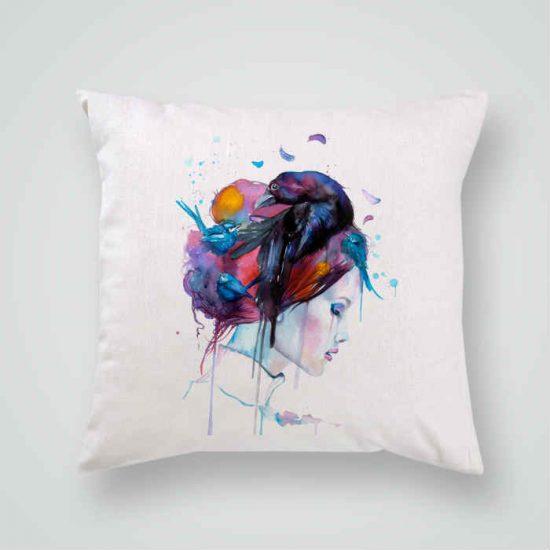 Декоративна калъфка Гарван в Косите е изработена от качествен текстил в натурален бял цвят, с щампа от едната страна и скрит цип за лесна поддръжка. Калъфката е ушита ръчно и с грижа, печатът е безопасен, с нетоксични мастила и трайни цветове.