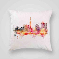 Декоративна калъфка Градът е изработена от качествен текстил в натурален бял цвят, с щампа от едната страна и скрит цип за лесна поддръжка. Калъфката е ушита ръчно и с грижа, печатът е безопасен, с нетоксични мастила и трайни цветове.