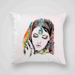 Декоративна калъфка Индия е изработена от качествен текстил в натурален бял цвят, с щампа от едната страна и скрит цип за лесна поддръжка. Калъфката е ушита ръчно и с грижа, печатът е безопасен, с нетоксични мастила и трайни цветове.