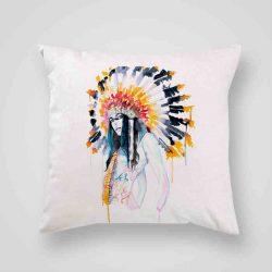 Декоративна калъфка Индианка е изработена от качествен текстил в натурален бял цвят, с щампа от едната страна и скрит цип за лесна поддръжка. Калъфката е ушита ръчно и с грижа, печатът е безопасен, с нетоксични мастила и трайни цветове.