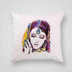 Декоративна калъфка Индийка 1 е изработена от качествен текстил в натурален бял цвят, с щампа от едната страна и скрит цип за лесна поддръжка. Калъфката е ушита ръчно и с грижа, печатът е безопасен, с нетоксични мастила и трайни цветове.