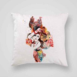 Декоративна калъфка Индийски мотиви е изработена от качествен текстил в натурален бял цвят, с щампа от едната страна и скрит цип за лесна поддръжка. Калъфката е ушита ръчно и с грижа, печатът е безопасен, с нетоксични мастила и трайни цветове.