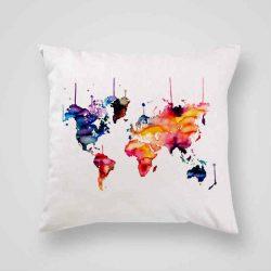 Декоративна калъфка Континентална Карта е изработена от качествен текстил в натурален бял цвят, с щампа от едната страна и скрит цип за лесна поддръжка. Калъфката е ушита ръчно и с грижа, печатът е безопасен, с нетоксични мастила и трайни цветове.