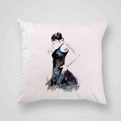 Декоративна калъфка Латино Танцьорка е изработена от качествен текстил в натурален бял цвят, с щампа от едната страна и скрит цип за лесна поддръжка. Калъфката е ушита ръчно и с грижа, печатът е безопасен, с нетоксични мастила и трайни цветове.