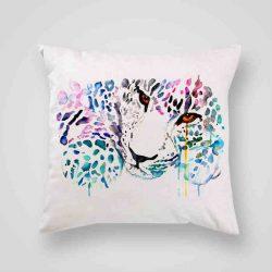 Декоративна калъфка Леопард е изработена от качествен текстил в натурален бял цвят, с щампа от едната страна и скрит цип за лесна поддръжка. Калъфката е ушита ръчно и с грижа, печатът е безопасен, с нетоксични мастила и трайни цветове.