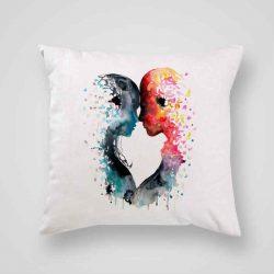Декоративна калъфка Любов е изработена от качествен текстил в натурален бял цвят, с щампа от едната страна и скрит цип за лесна поддръжка. Калъфката е ушита ръчно и с грижа, печатът е безопасен, с нетоксични мастила и трайни цветове.