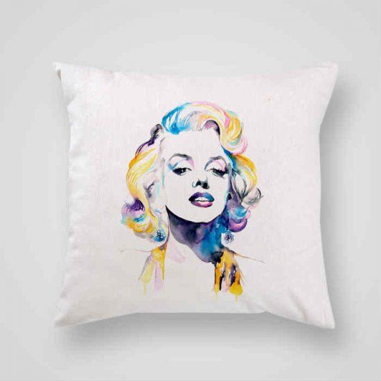 Декоративна калъфка Мерлин Монро е изработена от качествен текстил в натурален бял цвят, с щампа от едната страна и скрит цип за лесна поддръжка. Калъфката е ушита ръчно и с грижа, печатът е безопасен, с нетоксични мастила и трайни цветове.