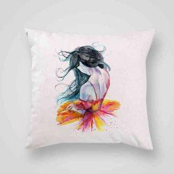 Декоративна калъфка Нежна Балерина е изработена от качествен текстил в натурален бял цвят, с щампа от едната страна и скрит цип за лесна поддръжка. Калъфката е ушита ръчно и с грижа, печатът е безопасен, с нетоксични мастила и трайни цветове.