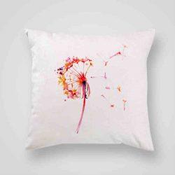 Декоративна калъфка Нежно Глухарче е изработена от качествен текстил в натурален бял цвят, с щампа от едната страна и скрит цип за лесна поддръжка. Калъфката е ушита ръчно и с грижа, печатът е безопасен, с нетоксични мастила и трайни цветове.