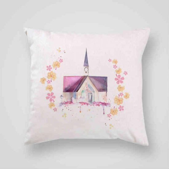 Декоративна калъфка Приказен Замък е изработена от качествен текстил в натурален бял цвят, с щампа от едната страна и скрит цип за лесна поддръжка. Калъфката е ушита ръчно и с грижа, печатът е безопасен, с нетоксични мастила и трайни цветове.