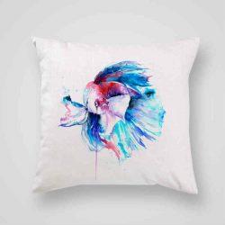 Декоративна калъфка Риба Бета е изработена от качествен текстил в натурален бял цвят, с щампа от едната страна и скрит цип за лесна поддръжка. Калъфката е ушита ръчно и с грижа, печатът е безопасен, с нетоксични мастила и трайни цветове.