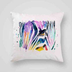 Декоративна калъфка Рисувана Зебра е изработена от качествен текстил в натурален бял цвят, с щампа от едната страна и скрит цип за лесна поддръжка. Калъфката е ушита ръчно и с грижа, печатът е безопасен, с нетоксични мастила и трайни цветове.
