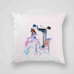 Декоративна калъфка Романтика е изработена от качествен текстил в натурален бял цвят, с щампа от едната страна и скрит цип за лесна поддръжка. Калъфката е ушита ръчно и с грижа, печатът е безопасен, с нетоксични мастила и трайни цветове.