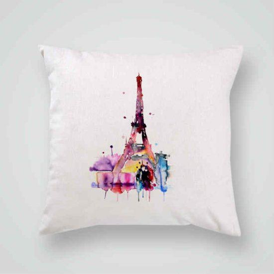 Декоративна калъфка Романтика в Париж е изработена от качествен текстил в натурален бял цвят, с щампа от едната страна и скрит цип за лесна поддръжка. Калъфката е ушита ръчно и с грижа, печатът е безопасен, с нетоксични мастила и трайни цветове.
