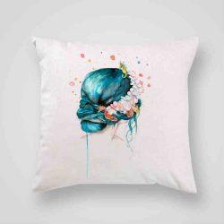 Декоративна калъфка Русалка е изработена от качествен текстил в натурален бял цвят, с щампа от едната страна и скрит цип за лесна поддръжка. Калъфката е ушита ръчно и с грижа, печатът е безопасен, с нетоксични мастила и трайни цветове.