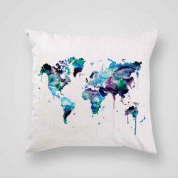 Декоративна калъфка Синя Карта е изработена от качествен текстил в натурален бял цвят, с щампа от едната страна и скрит цип за лесна поддръжка. Калъфката е ушита ръчно и с грижа, печатът е безопасен, с нетоксични мастила и трайни цветове.