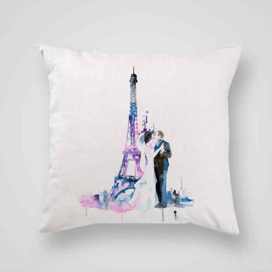 Декоративна калъфка Сватба в Париж е изработена от качествен текстил в натурален бял цвят, с щампа от едната страна и скрит цип за лесна поддръжка. Калъфката е ушита ръчно и с грижа, печатът е безопасен, с нетоксични мастила и трайни цветове.