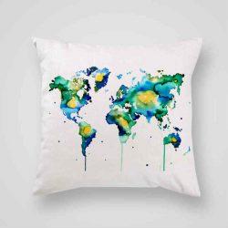 Декоративна калъфка Световна Карта е изработена от качествен текстил в натурален бял цвят, с щампа от едната страна и скрит цип за лесна поддръжка. Калъфката е ушита ръчно и с грижа, печатът е безопасен, с нетоксични мастила и трайни цветове.