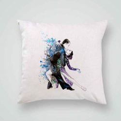 Декоративна калъфка Танго е изработена от качествен текстил в натурален бял цвят, с щампа от едната страна и скрит цип за лесна поддръжка. Калъфката е ушита ръчно и с грижа, печатът е безопасен, с нетоксични мастила и трайни цветове.