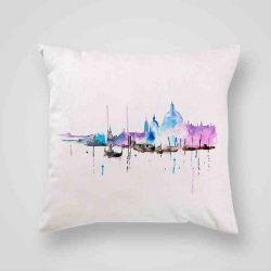Декоративна калъфка Венеция 2 е изработена от качествен текстил в натурален бял цвят, с щампа от едната страна и скрит цип за лесна поддръжка. Калъфката е ушита ръчно и с грижа, печатът е безопасен, с нетоксични мастила и трайни цветове.