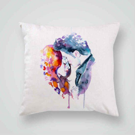 Декоративна калъфка Здрач е изработена от качествен текстил в натурален бял цвят, с щампа от едната страна и скрит цип за лесна поддръжка. Калъфката е ушита ръчно и с грижа, печатът е безопасен, с нетоксични мастила и трайни цветове.