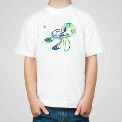 Детска тениска Костенурче е изработена от висококачествен памук и последно поколение технология на печат. Можете да изберете тениска с принт по ваш вкус от от различните ни тематични серии.