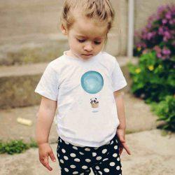 Детска тениска Летящ Балон е изработена от висококачествен памук и последно поколение технология на печат. Можете да изберете тениска с принт по ваш вкус от от различните ни тематични серии.