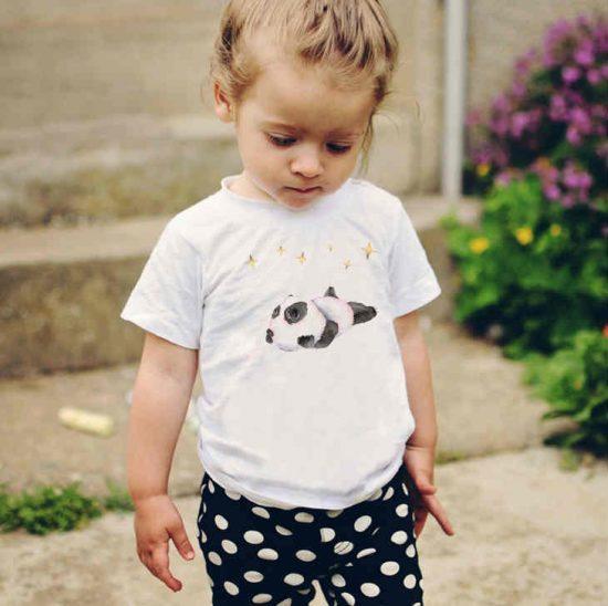 Детска тениска Панда Мечтател е изработена от висококачествен памук и последно поколение технология на печат. Можете да изберете тениска с принт по ваш вкус от от различните ни тематични серии.