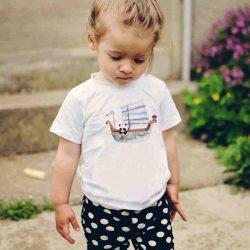 Детска тениска Панда Мореплавател е изработена от висококачествен памук и последно поколение технология на печат. Можете да изберете тениска с принт по ваш вкус от от различните ни тематични серии.