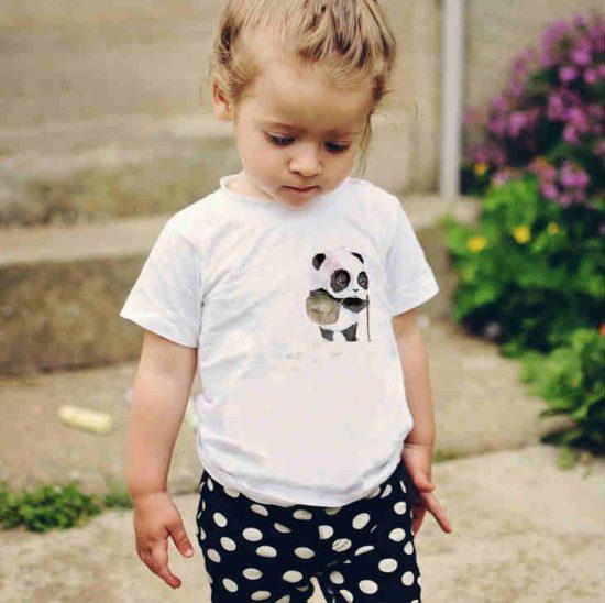 Детска тениска Панда Пътешественик е изработена от висококачествен памук и последно поколение технология на печат. Можете да изберете тениска с принт по ваш вкус от от различните ни тематични серии.