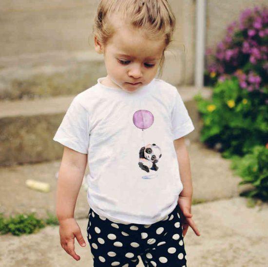 Детска тениска Панда с Балон е изработена от висококачествен памук и последно поколение технология на печат. Можете да изберете тениска с принт по ваш вкус от от различните ни тематични серии.
