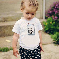 Детска тениска Панда в Буркан е изработена от висококачествен памук и последно поколение технология на печат. Можете да изберете тениска с принт по ваш вкус от от различните ни тематични серии.