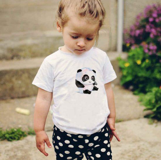 Детска тениска с Малка Панда е изработена от висококачествен памук и последно поколение технология на печат. Можете да изберете тениска с принт по ваш вкус от от различните ни тематични серии.