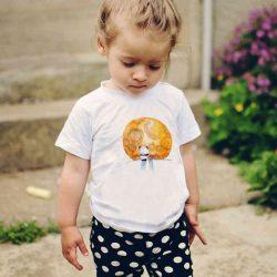 Детска тениска Слънце е изработена от висококачествен памук и последно поколение технология на печат. Можете да изберете тениска с принт по ваш вкус от от различните ни тематични серии.