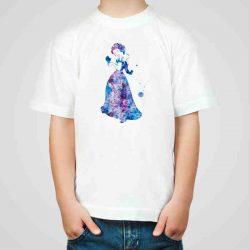Детска тениска Снежанка е изработена от висококачествен памук и последно поколение технология на печат. Можете да изберете тениска с принт по ваш вкус от от различните ни тематични серии.