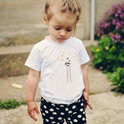 Детска тениска Стълба към Звездите е изработена от висококачествен памук и последно поколение технология на печат. Можете да изберете тениска с принт по ваш вкус от от различните ни тематични серии.