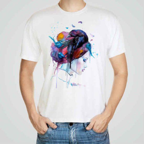 Мъжка тениска Гарван в Косите e изработена от висококачествен памук с ярки цветове и прецизен детайл – сякаш някой е рисувал с четка и бои върху плата.