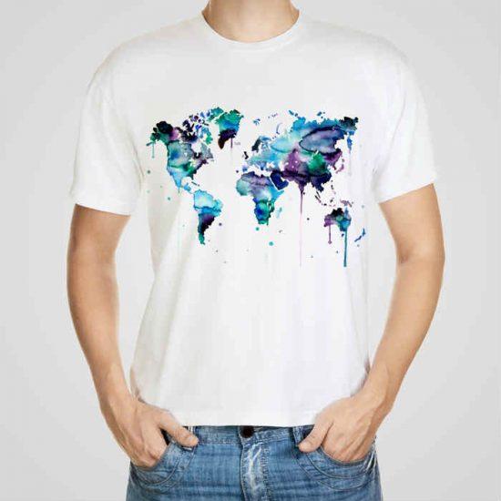 Мъжка тениска Синя Карта e изработена от висококачествен памук с ярки цветове и прецизен детайл – сякаш някой е рисувал с четка и бои върху плата.